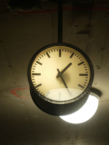 hol-h2o-train-lamp-clock